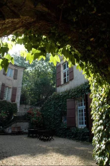 Une vue sur les jardins du château d'Urtubie ou sur sa coure d'époque avec une entrée pittoresque