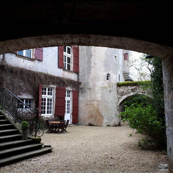 Coure d'époque visible depuis les chambres avec un univers de château bien conservé pour une expérience unique