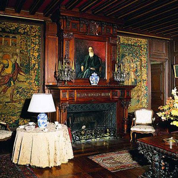 Intérieur décoré dans une ambiance d'époque, conservation des décorations, peintures et sculptures de l'époque