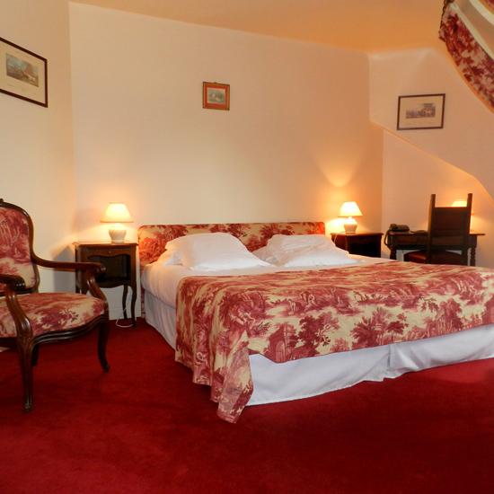 Chambre du château hôtel décorée et meublée avec raffinement pour garantir le confort et l'élégance